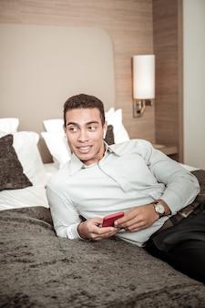 少し休んでください。会議に向かう前に少し休んで素敵な時計を身に着けている青年実業家
