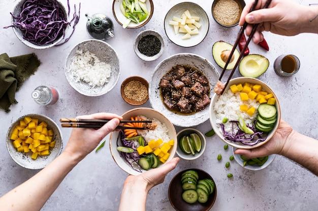 ハワイアンアヒマグロと野菜のフラットレイ写真
