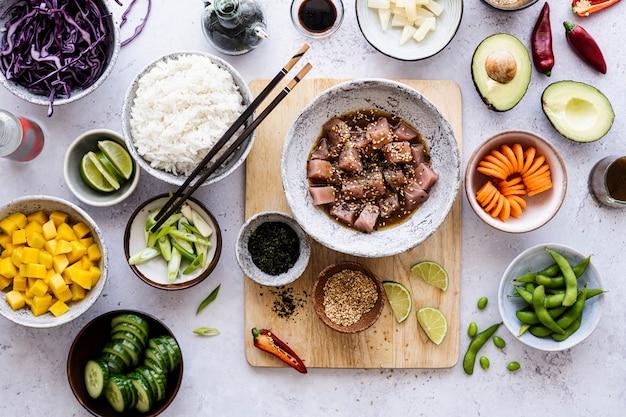 야채를 곁들인 하와이산 참치 납작한 사진