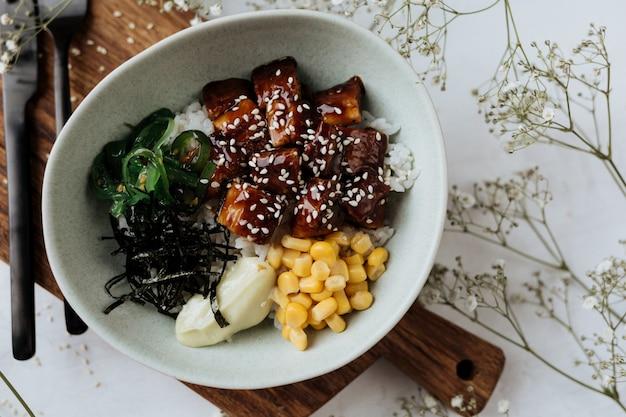 Гавайское блюдо - салат из угря с овощами.