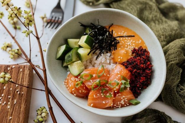 Гавайское блюдо - салат из свежего лосося с овощами.