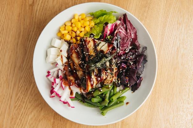 Гавайское блюдо. салат poke с угрем и овощами. вид сверху