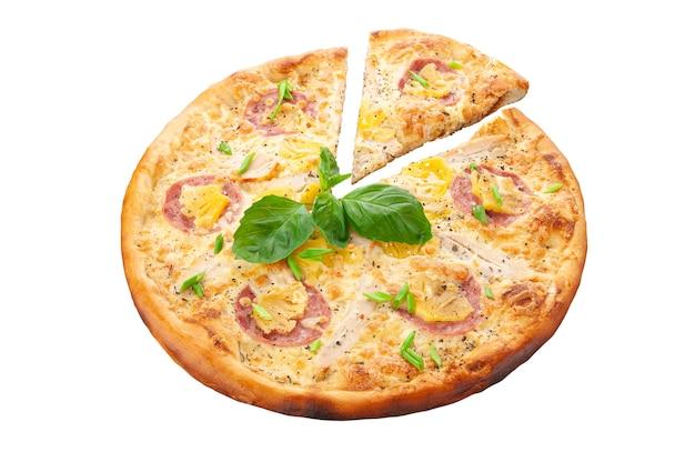 Гавайская пицца. сливочный соус, ветчина, куриное филе, консервированный ананас, орегано, сыр моцарелла. белый фон. изолированный. крупный план.