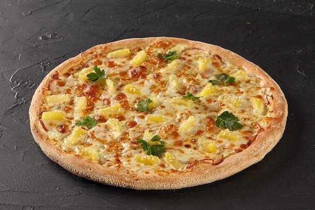 Гавайская пицца с сыром, ветчиной, ананасом и беконом