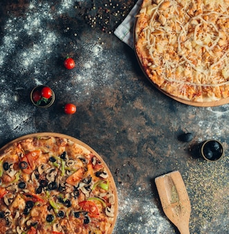 닭고기와 파인애플과 야채 피자와 하와이 피자
