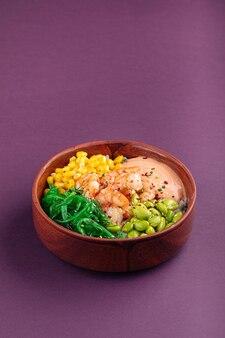 Миска с гавайскими креветками и овощами