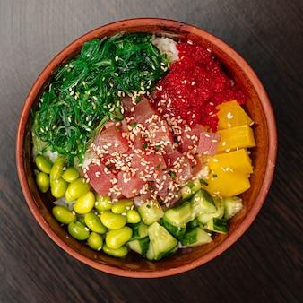 Миска с гавайским тунцом и овощами