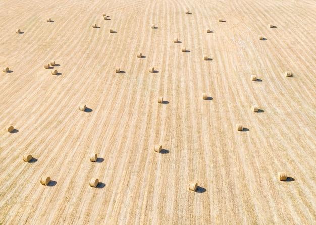 멀리 떨어진 건초밭, 줄무늬 패턴이 있는 공중 파노라마 및 건초 더미