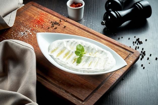 ハイダリは、特定のハーブやスパイスをニンニクと組み合わせて作ったヨーグルトの一種です。トルコ料理。クローズアップ、セレクティブフォーカス