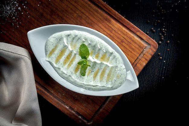 ハイダリは、特定のハーブやスパイスをニンニクと組み合わせて作ったヨーグルトの一種です。トルコ料理。