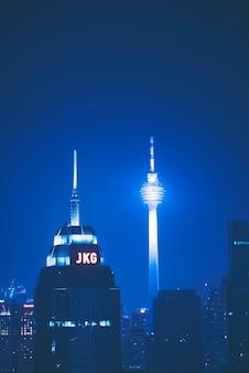 Haze встречается с горизонтом куала-лумпура и создает синее пространство, окружающее здания во время заката, видимое со skybar