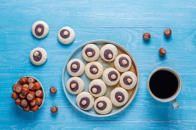 Biscotti alla nocciola con nocciole, vista dall'alto