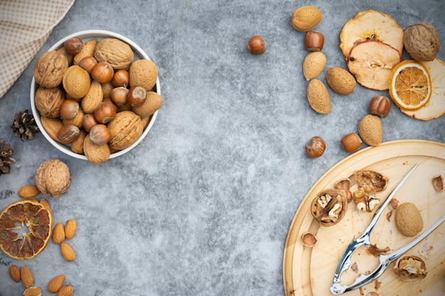 Фундук, миндаль и грецкие орехи в корзине.