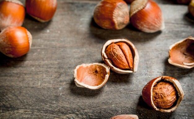 殻の中のヘーゼルナッツ。木製の背景に。