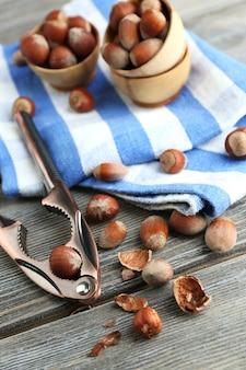 木製のボウルにヘーゼルナッツ、木製のナプキンに