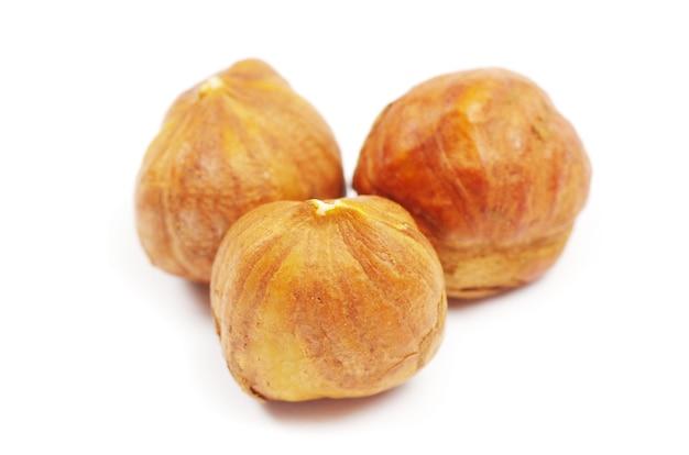 흰색 배경에 고립 된 헤이즐넛
