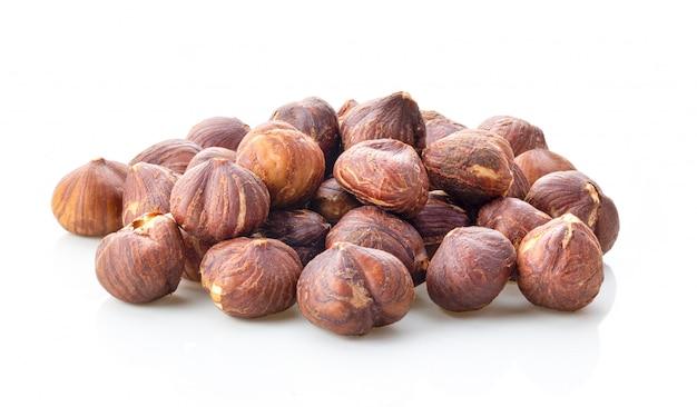 Лещинные орехи, изолированные на белом