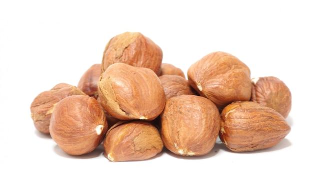 Лещинные орехи на белом фоне