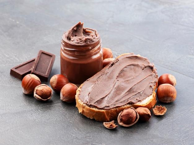 Брызги фундука с шоколадным маслом на бетонном фоне. здоровый завтрак.