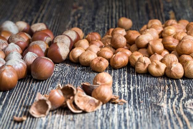 Фундук, который используется в пищу и для приготовления различных блюд, твердые сырые готовые к употреблению фундук, полезные и богатые белком и минералами орехи фундук, крупным планом