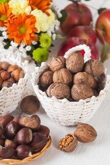 사과와 가을 부케를 곁들인 헤이즐넛, 호두, 체스넛
