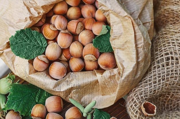 종이 봉지에 녹색 잎이 있는 헤이즐넛
