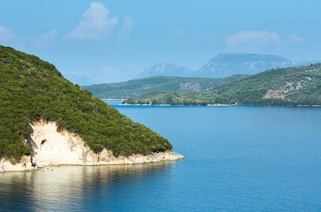 Туманный летний ландшафт береговой линии лефкады (нидри, греция).