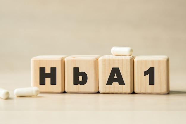 Hba1. 큐브, 알약에 쓰여진 단어. 의료 개념