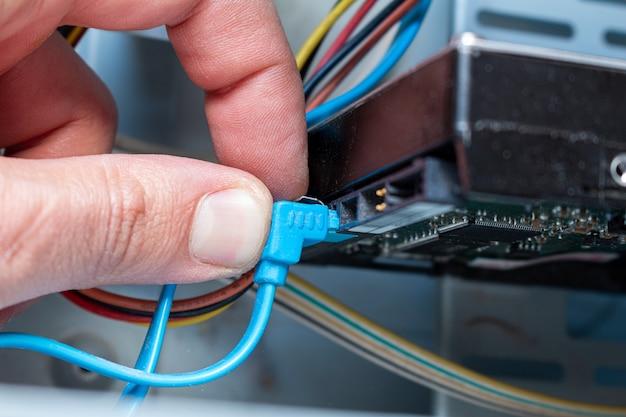 サービスの手でhddドライブディスクsataケーブルを接続します。メンテナンス、アップグレード、インストール。