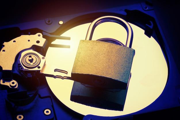 コンピューターのハードディスクドライブhddの南京錠。インターネットデータのプライバシー情報セキュリティの概念。