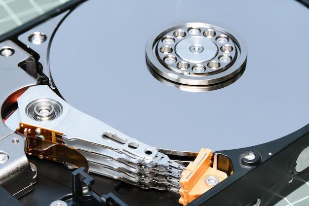 スピンドルとプレートオープンハードディスクドライブhdd:マクロショットスタックフォーカス