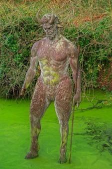 Черт с отверстием статуя hdr