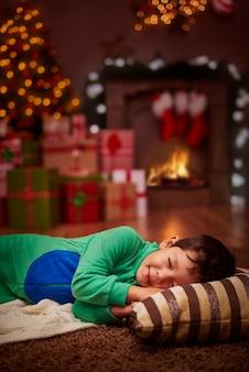 그는 산타를 기다릴 수 없었습니다.