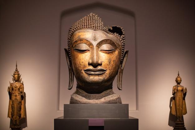 頭仏像はアユタヤ王朝時代を傷つけました。
