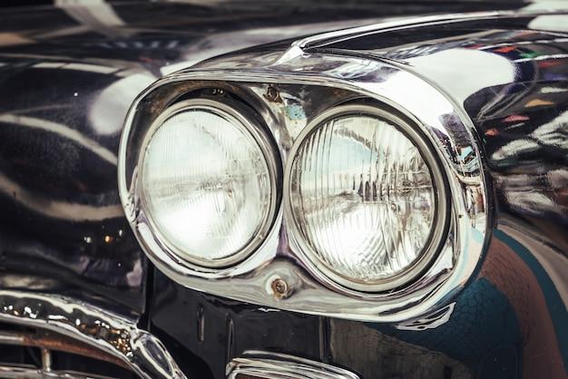 오래 된 자동차의 헤드 라이트