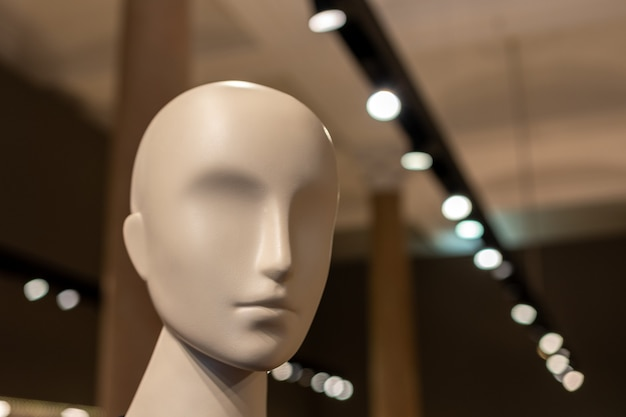 Голова белого манекена в магазине.