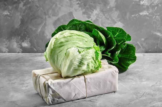 Глава свежего органического салата айсберг на винтажном конкретном фоне. выборочный фокус.