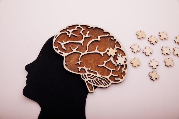 두뇌와 퍼즐 알츠하이머 병 치매 및 정신 건강 개념을 가진 남자의 머리