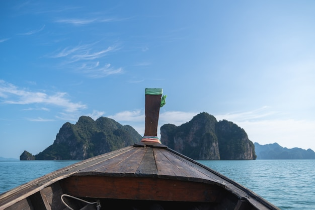 美しい島々に向かう木製のロングテールボートツアーの責任者。タイの旅のボート旅行のコンセプト。
