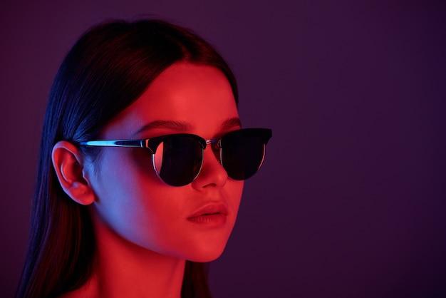 Голова молодой стильной женщины с идеальным макияжем в солнцезащитных очках