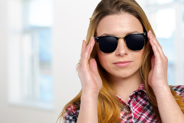 Выстрел в голову женщины в солнцезащитных очках