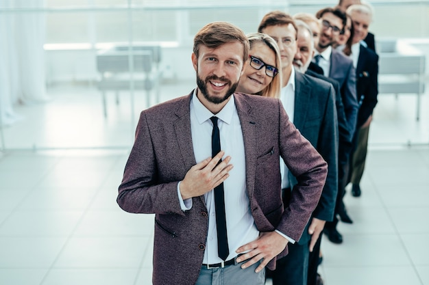 Голова стоит перед группой разных деловых людей
