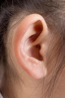 アジアの女の子の耳と髪の頭が近づく