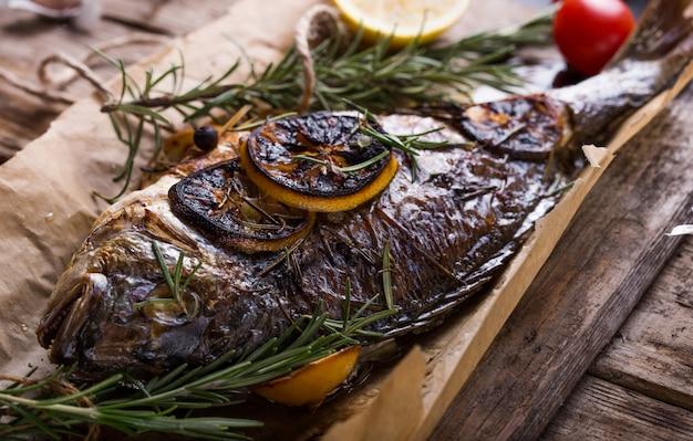 焼き魚ドラド。ドラドの焼き魚と料理の材料。塩、ハーブ、コショウで魚の金魚head
