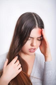 Головная боль. красивая женщина, имеющая болезненную мигрень. здоровье
