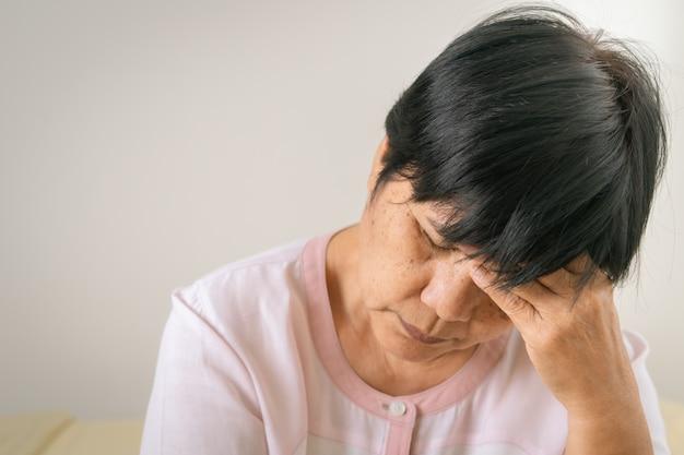 頭痛、ストレス、老婆の片頭痛、シニアコンセプトの医療問題