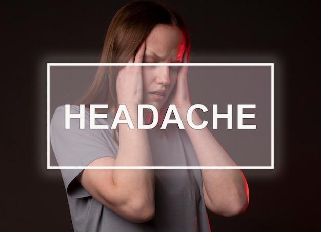 여자 사원을 잡고 실제 머리 통증으로 고통받는 두통 단어.