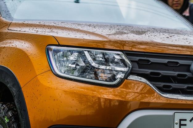 새 자동차의 헤드라이트 램프입니다. led 헤드라이트 현대 노란색 자동차 중 하나에 대한 세부 사항을 닫습니다. 외부 근접 촬영 세부 사항입니다. 자동차의 근접 촬영 헤드라이트입니다.