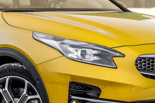 새 자동차의 헤드라이트 램프 led 헤드라이트 중 하나의 세부 사항을 닫습니다. 현대 노란색 자동차 외관