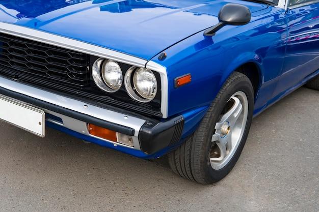 Лампа головного света ретро классического автомобиля винтажном стиле. полированный синий блестящий автомобиль на ретро-выставке 60-70 годов 20 века.